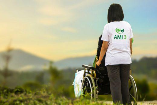 imagen-chica-de-espaldas-empujando-silla-de-ruedas