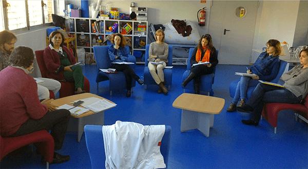 equipo técnico ami-3 reunidos, sentados en sillas